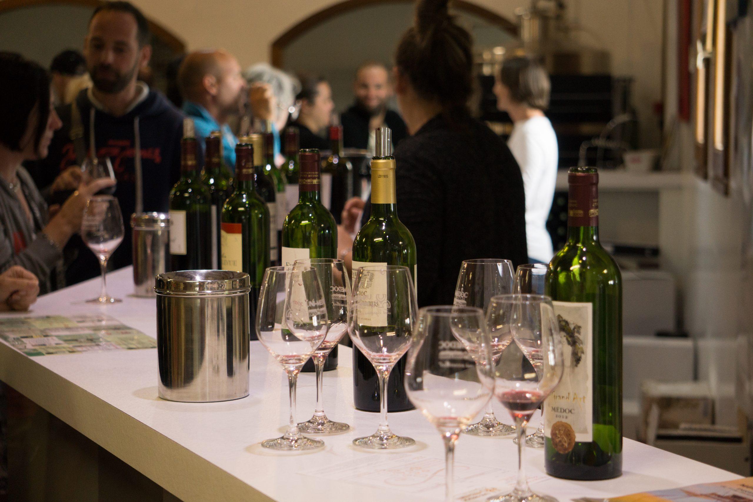 Bouteilles et verre de vin pour une dégustation des vins du Médoc par UNI MEDOC